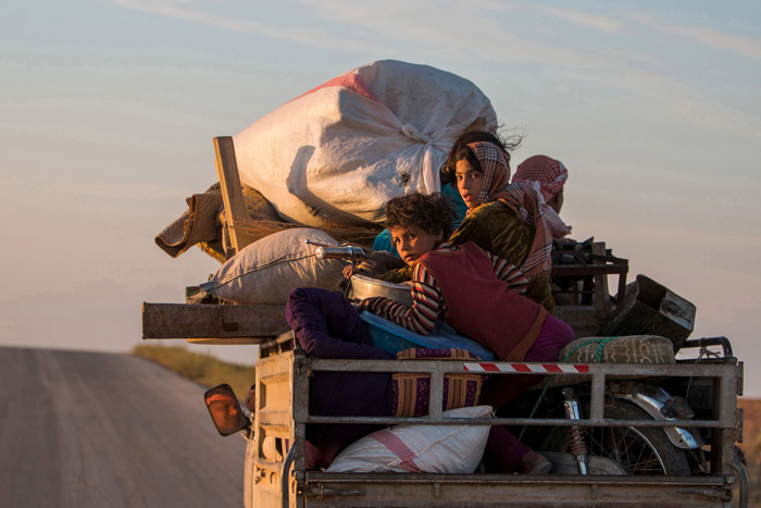 Жители со своими пожитками возвращаются в свои поселения после того, как войска курдов отвоевали их земли у войск ИГИЛ.