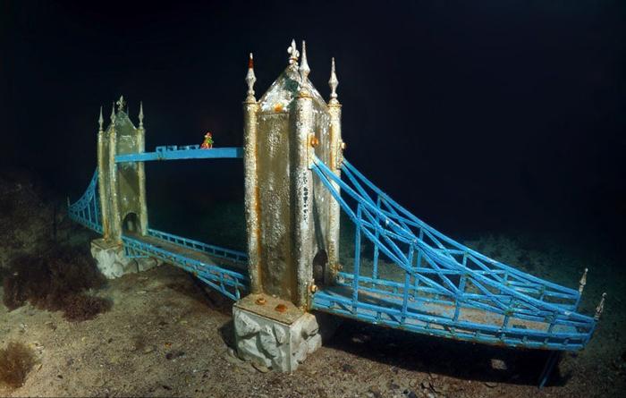 Знаменитый мост Лондона погружен под воду.