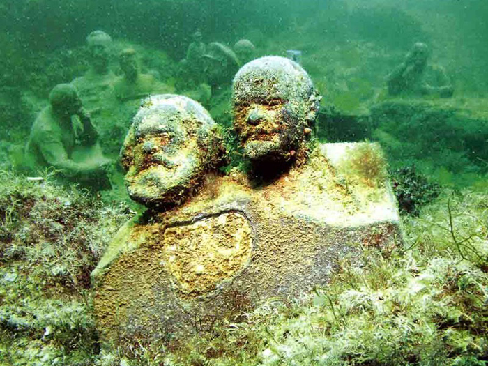 Подводные экспонаты музея.