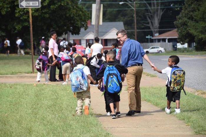 Детей делят на группы, в зависимости от того, где те живут.