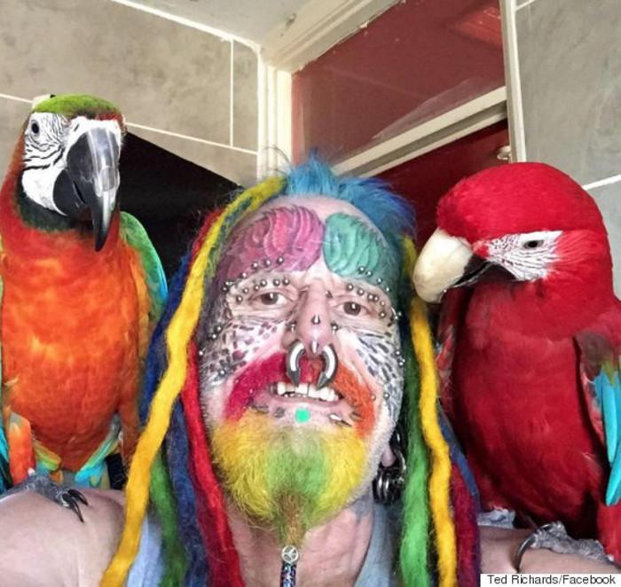 Тед Ричард и его попугаи.