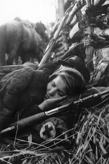 Оружие спящей санитарки было починено в полевых условиях.