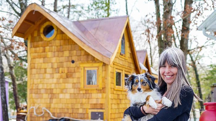Bernadette со своей собакой.