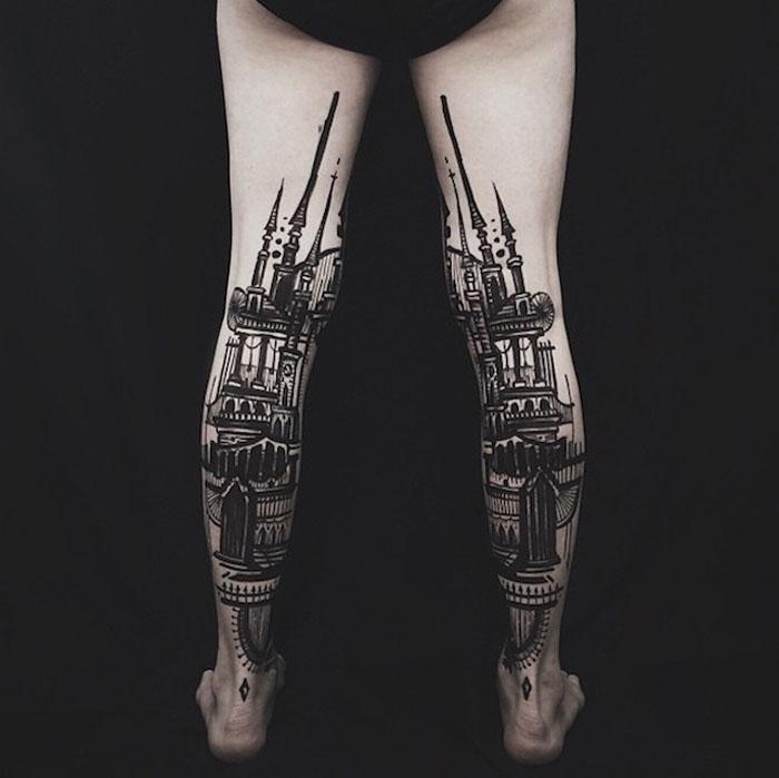 Обе татуировки на ногах составляют одну картину.