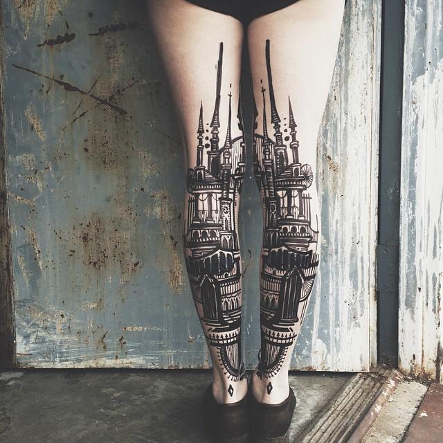 Татуировка с башнями в стиле барокко.