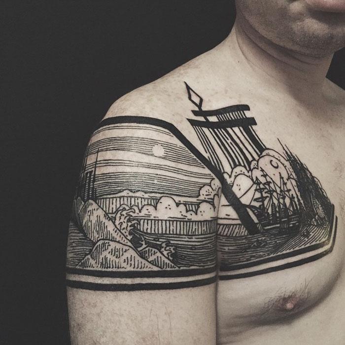 Татуировка на плече.