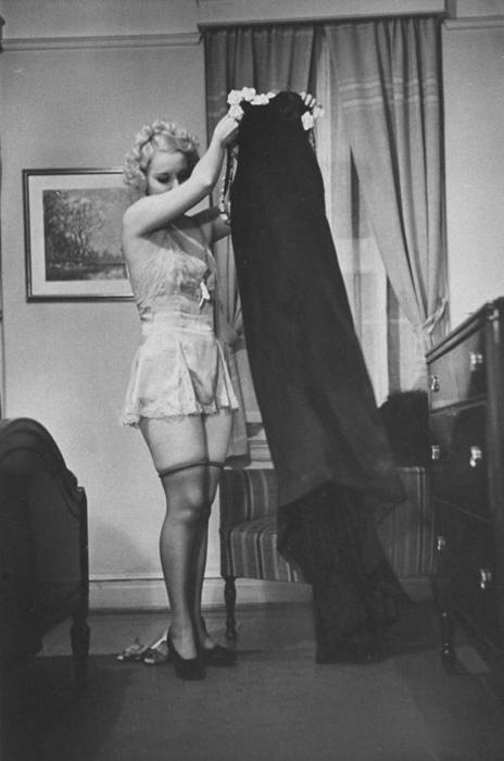 Джун Клер показывает, как правильно снять с себя платье.