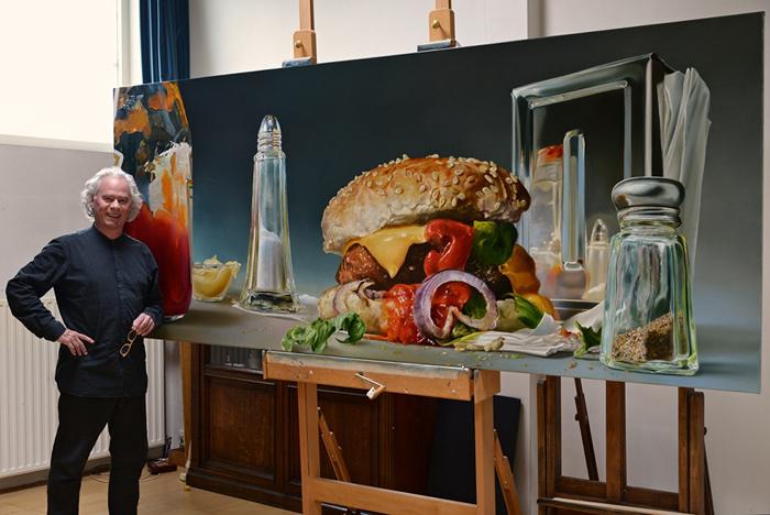 Чалф Спарнаай (Tjalf Sparnaay) рядом со своей картиной.