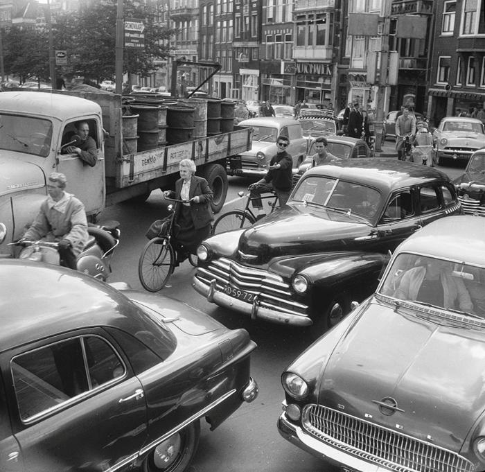 Пробка на дороге по улице Muntplein, 1958г.