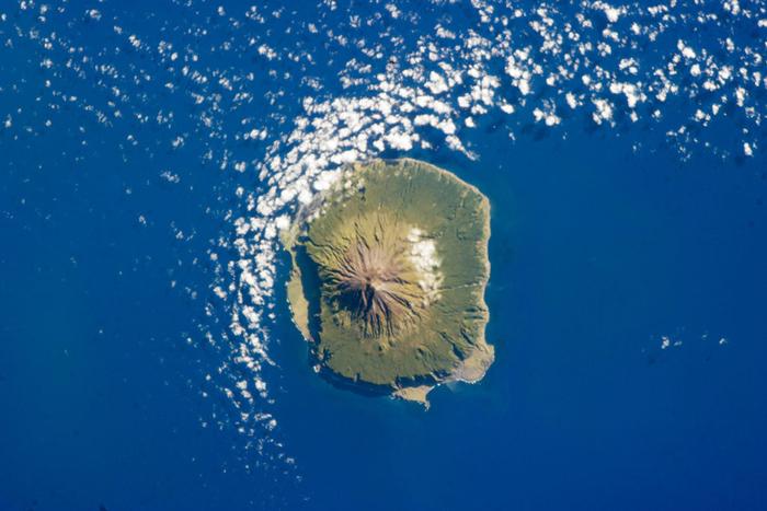 Остров Тристан-да-Кунья с воздуха.