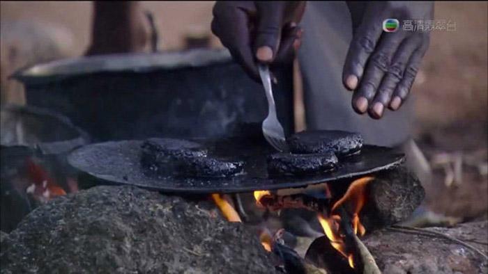 Из раздавленных мошек делают котлетки, которые поджаривают на огне.