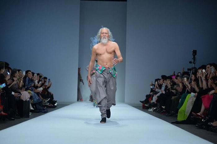 Ванг Дешун - 80-летний китаец, вышедший на подиум во время China Fashion Week.