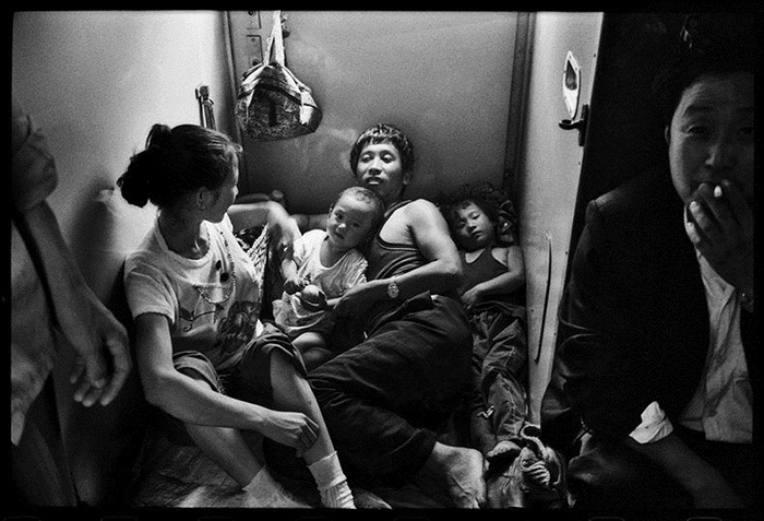 Когда не нашел себе места в поезде.  Фото: Wang Fuchun.