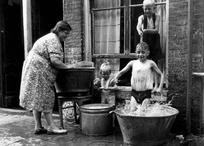 Банный день в центре Амстердама (район Йордан), 1951г.