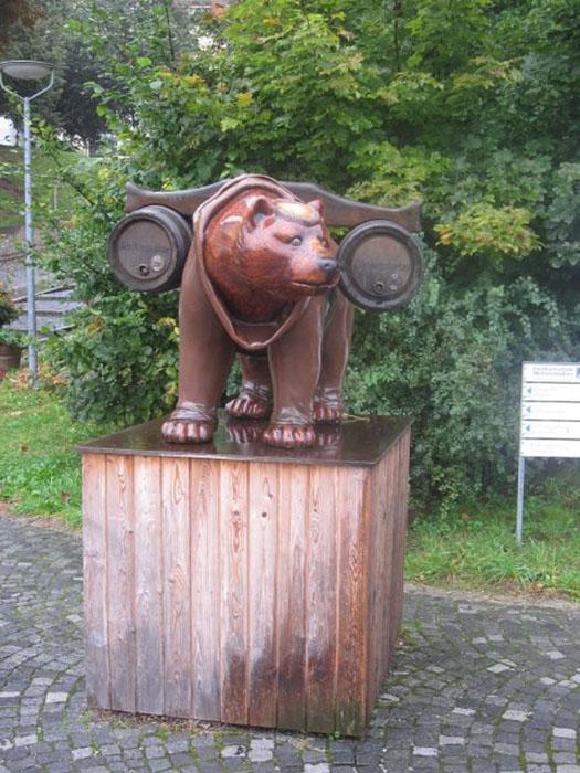 Медведь в одежде бенедиктинских монахов у вдоха в пивоварню Weihenstephan.