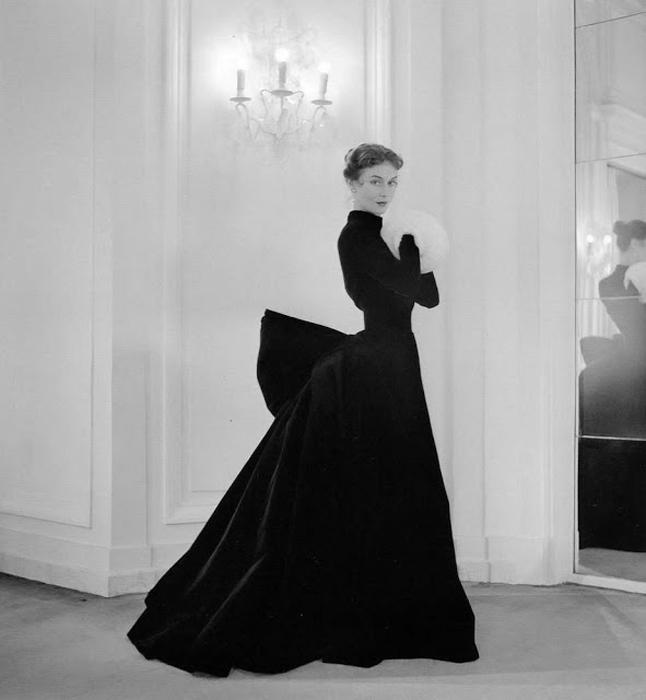 Модели в изысканных платьях. Автор фото: Willy Maywald.