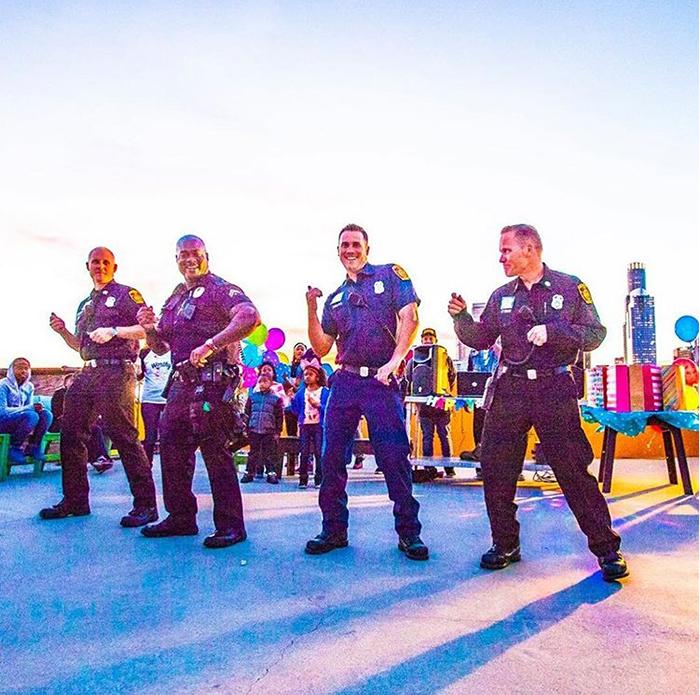 Полицейские пришли поздравить бездомных детей.  Instagram worthyoflovela.