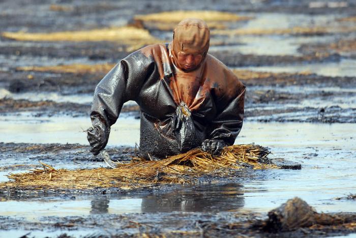 Загрязнение водоема нефтью.