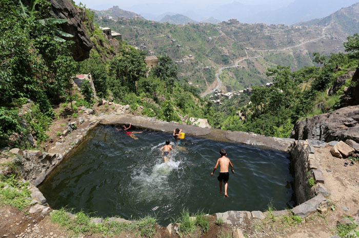 Мальчишки купаются в водоеме высоко в горах.  Фото: Abduljabbar Zeyad.