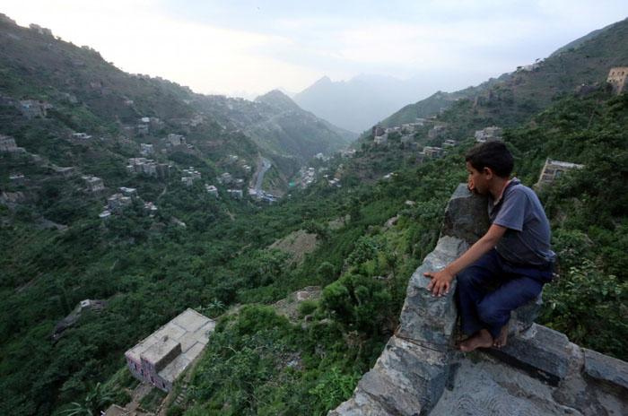 Мальчик сидит на крыше дома, находящегося на горе Даламлам.  Фото: Abduljabbar Zeyad.