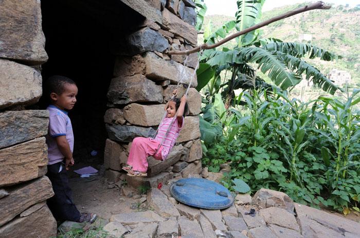 Девочка катается на качелях у своего дома.  Фото: Abduljabbar Zeyad.