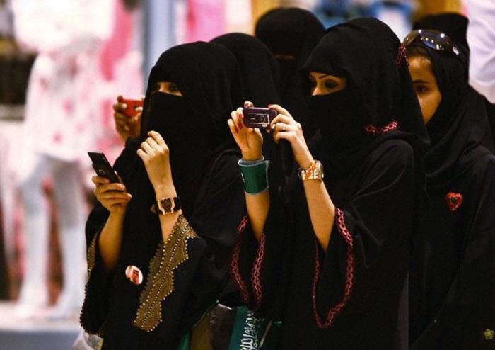 В Саудовской Аравии мужчина может контролировать передвижение женщины.