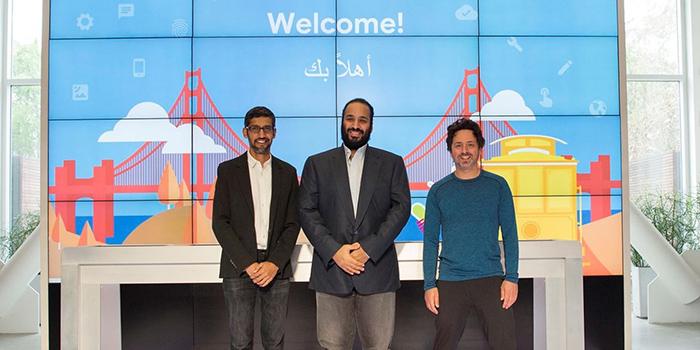 В центре: Мохаммед бин Салман, крон-принц Саудовской Аравии, слева: Сундар Пинчаи, руководитель Google, справа: со-основатель Сергей Брин.