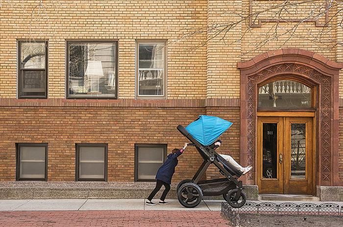 Создатели говорят, что дети не могут объяснить, как они себя чувствуют в коляске, поэтому они создали коляску для их родителей.