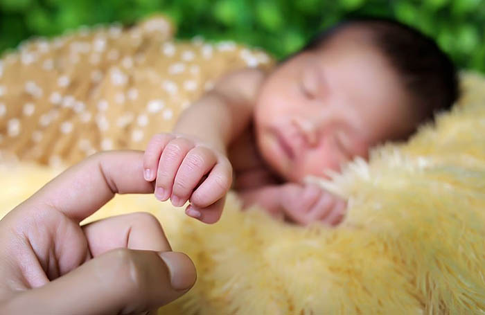 Салим Бхаянгкара из Индонезии сфотографировал новорожденного ребенка в своей фотостудии.