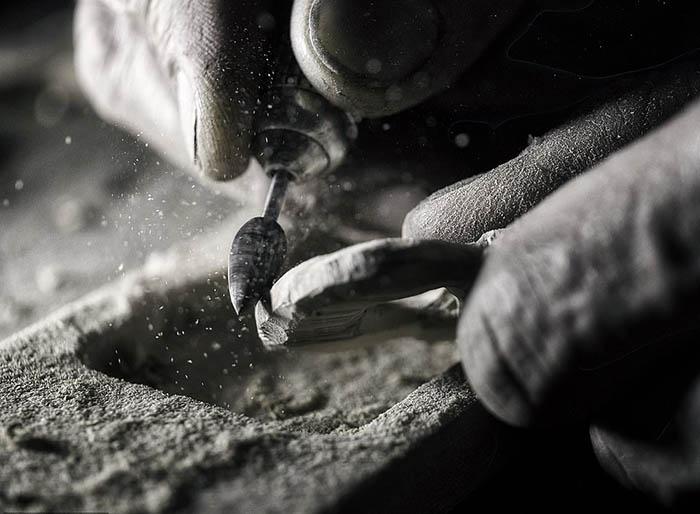 Фотограф Франческо Пиредду из Вероны сфотографировал Тони Коста за работой.