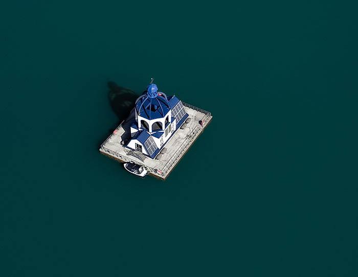 Маленькая плавучая церковь на одном из озер Германии. Фото: Charlie Berthaume.