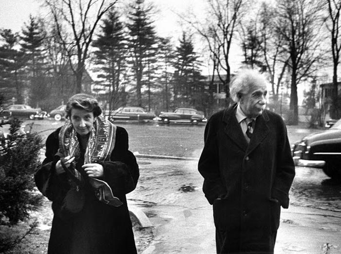 Альберт Эйнштейн с женой Валентина Баргмана около своего дома в Принстоне, США. 14 марта 1953г.