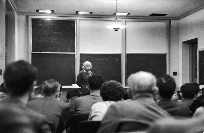 Альберт Эйнштейн в Институте перспективных исследований ведет лекцию.
