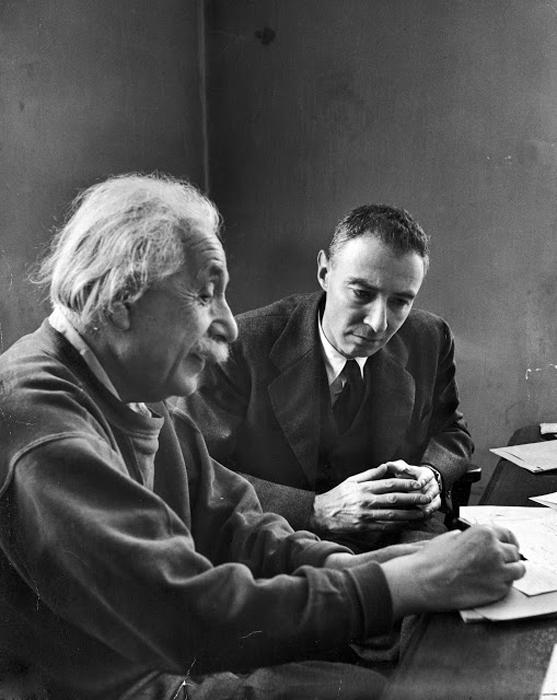 Эйштейн рассказывает Роберт Оппенхаймеру о своих последних попытках объяснить теорию относительности.