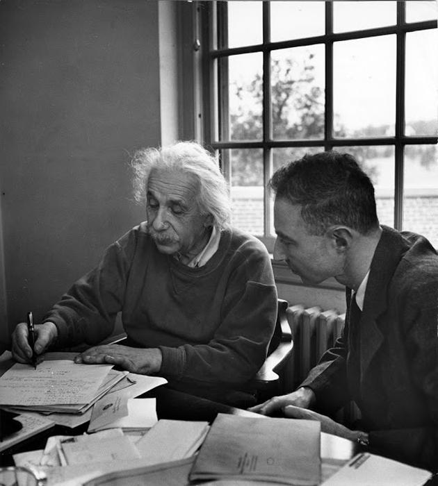 Альберт Эйнштейн обсуждает с Робертом Оппенхаймером в офисе Института перспективных исследований, 1947г.