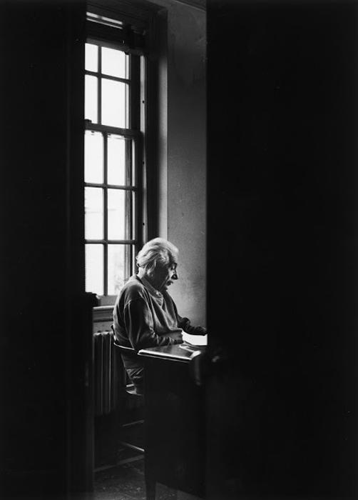 Альберт Эйнштейн сидит в одиночестве в Институте перспективных исследований, 1947г.