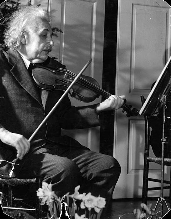 Альберт Эйнштейн играет на своей любимой скрипке, 1941г.