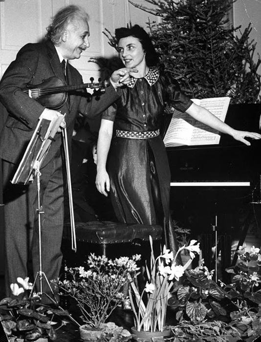 Альберт Эйнштейн на скрипичном концерте, 1941г.