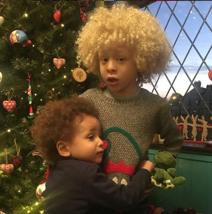 Элайджа со своим младшим братом.