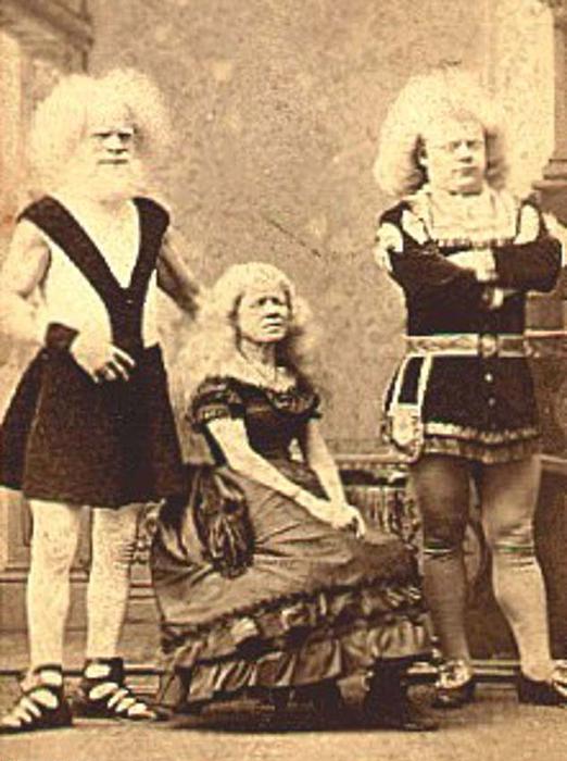 Антуанетта и Рудольф Лукаши позируют с неизвестной девушкой.
