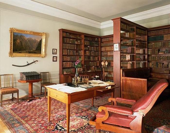 Александр Пушкин: просторный кабинет со стеллажами книг.