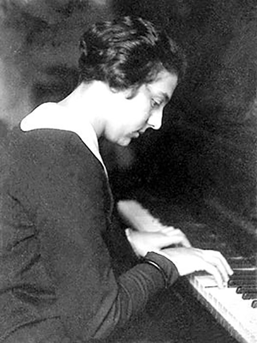 До войны у Алисы была хорошая карьера музыканта.