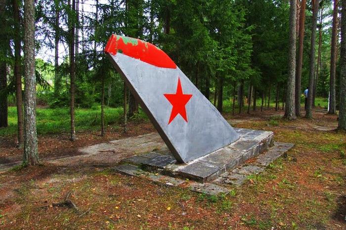 Хвостовые кили военных самолетов стали надгробными камнями.