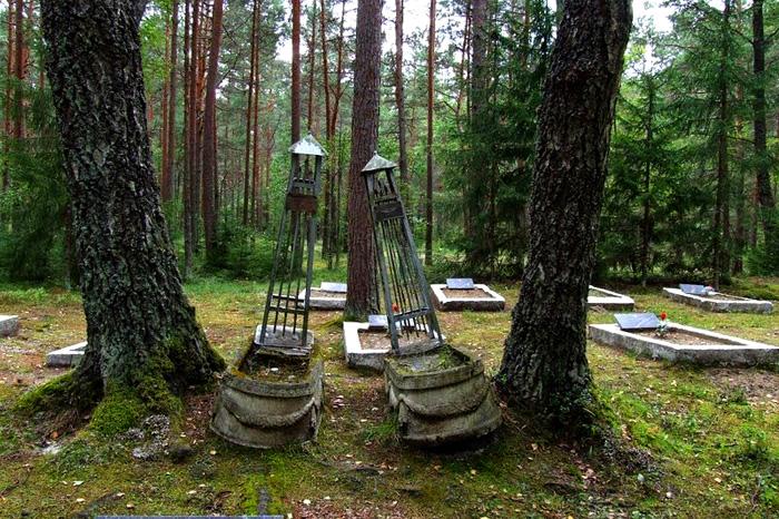 Кладбище недалеко от военной базы.