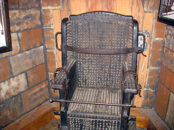 Кресло допроса.