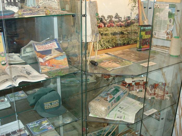 Различные предметы, сделанные из каннабиса.