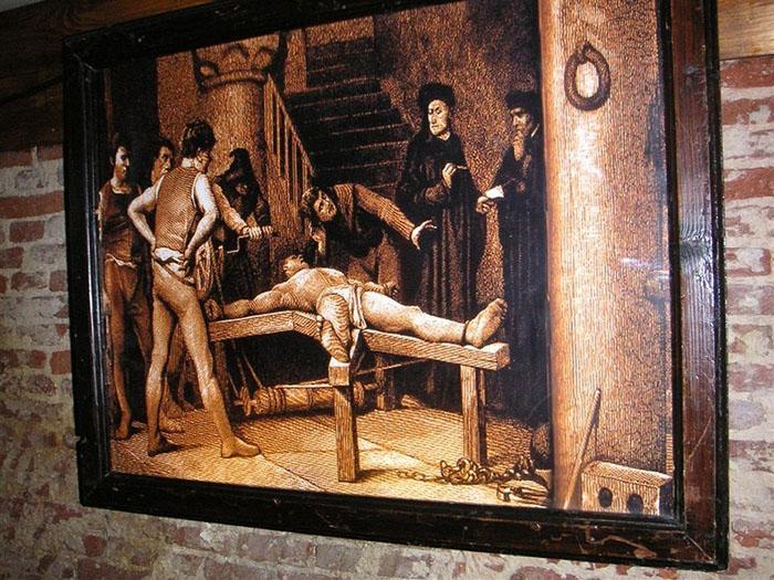 В музее пыток.