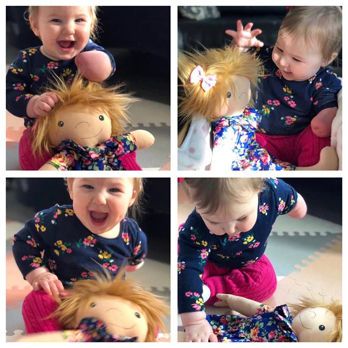 Ребенок радуется подарку.