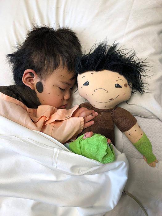 Рядом с любимой куклой и сон крепче.