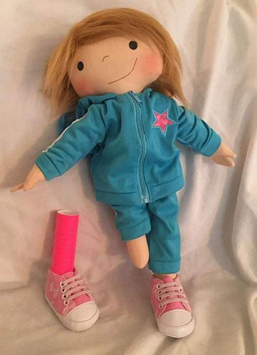 Кукла, сделанная для паратриатлета Ханны Мур.